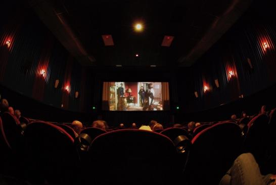 映画を見る人たち